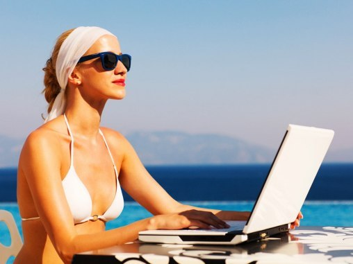 Woman-working-on-vacation